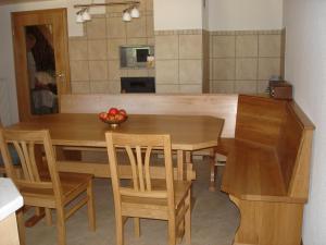 Tische und Bänke (2)